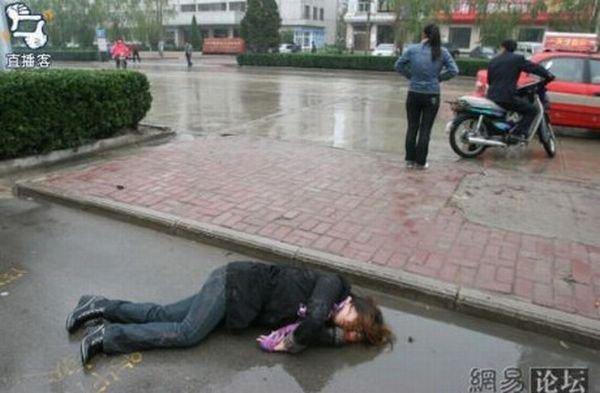 Пьяную тётю пустили по кругу в подъезде